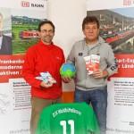 Peter Weber von der Mainfrankenbahn und Co-Trainer Klaus Beck (rechts) - Danke für das Topspiel-Sponsoring