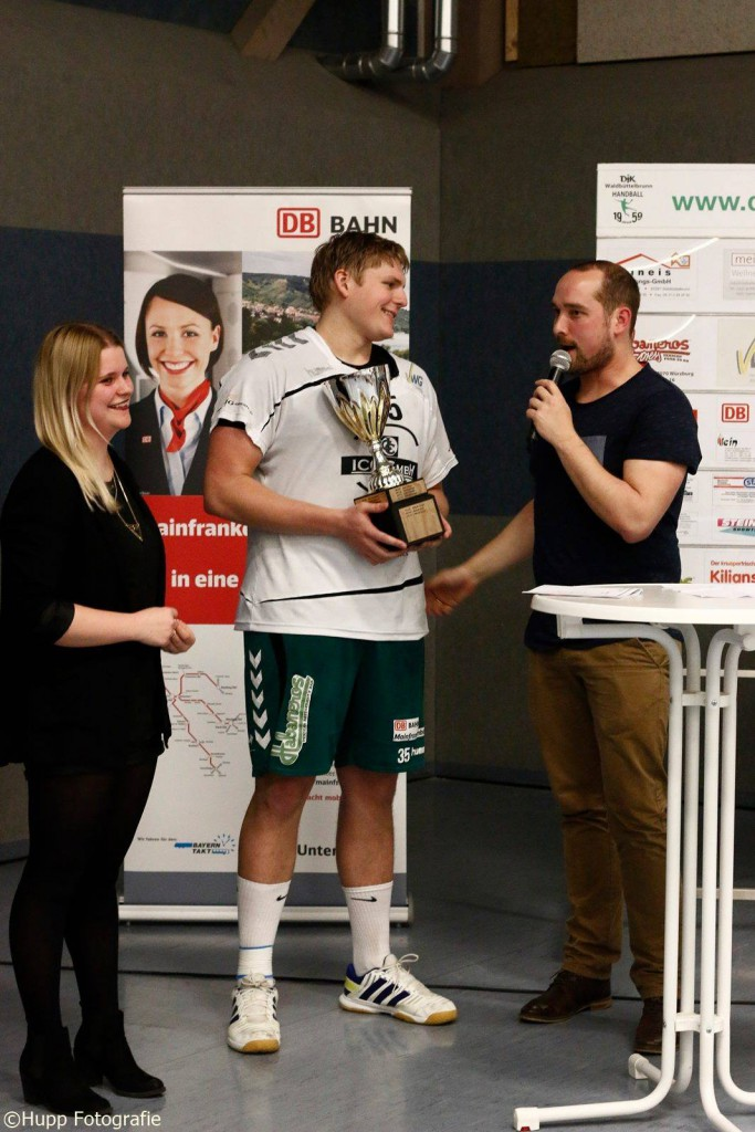 Das Foto (Hupp Fotografie) zeigt: Verena Gut (Initiatorin der MVP-Wahl), MVP Matze Grünert und Hallensprecher Thomas Keupp.