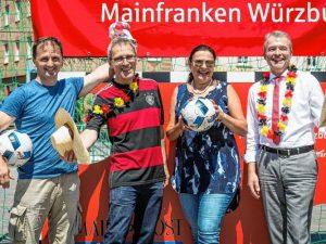 Spiel und Spaß bei tropischer Hitze: Dusan Suchy, Michael Reinhard, Beate Beier und Jürgen Wagenländer vor der Torwand. Foto: Patty Varasano
