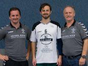Das Foto zeigt Trainer Dusan Suchy, Neuzugang Joaquin Villanueva Perez und Sportvorstand Winfried Körner.