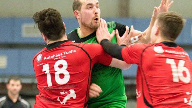 Thomas Keupp, Spieler der DjK Waldbüttelbrunn will sich gleich gegen zwei Partensteiner durchsetzen,.