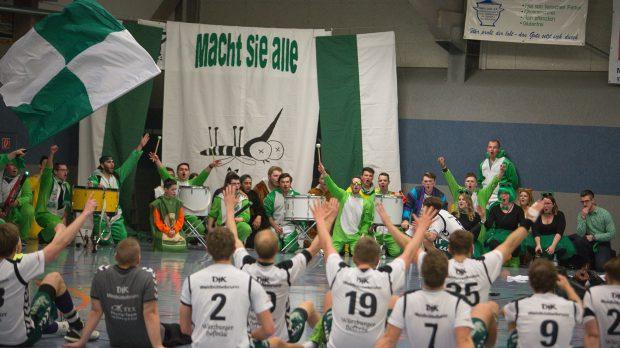 Die DjK Waldbüttelbrunn feiert mit seinen Fans, der Ostkurve